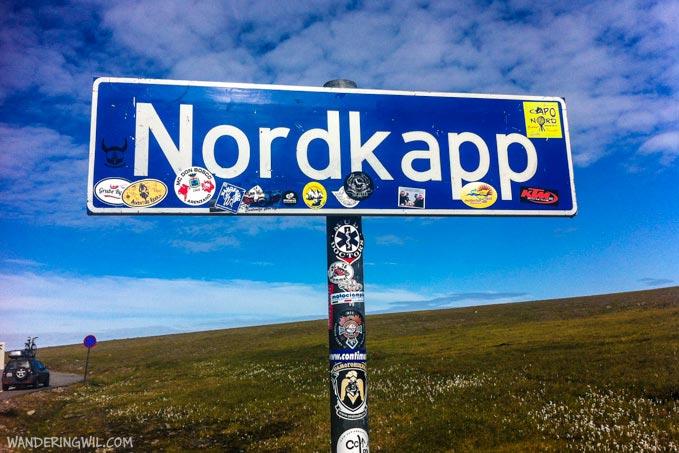 Il cartello che annuncia l'arrivo a Capo Nord. Con adesivo Wandering Wil!