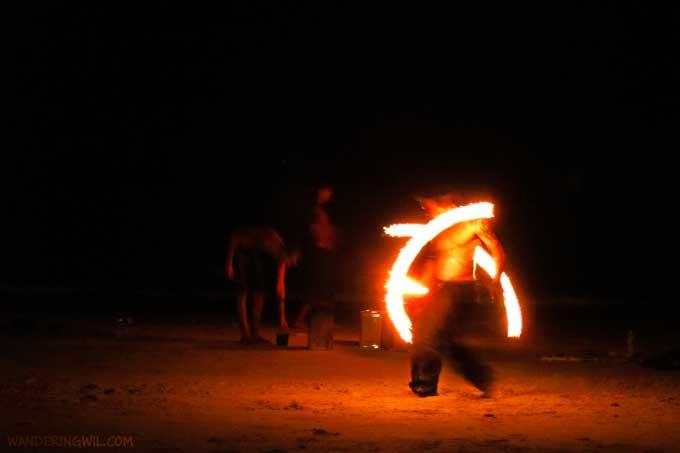 giocoliere-fuoco-spiaggia-wandering-wil