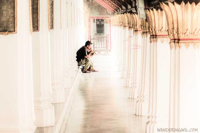 uomo-seduto-tempio-wandering-wil-3
